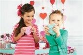 kids making valentines